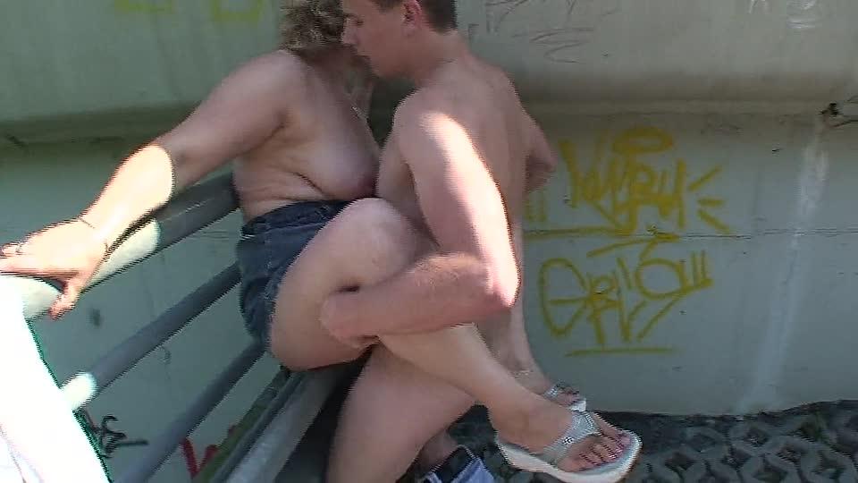 endlich sieht er ihre dicken teen mopse baumeln