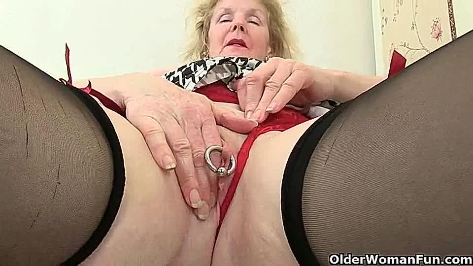 josie jagger masturbiert ihre eingeolte pussy vor dem sex